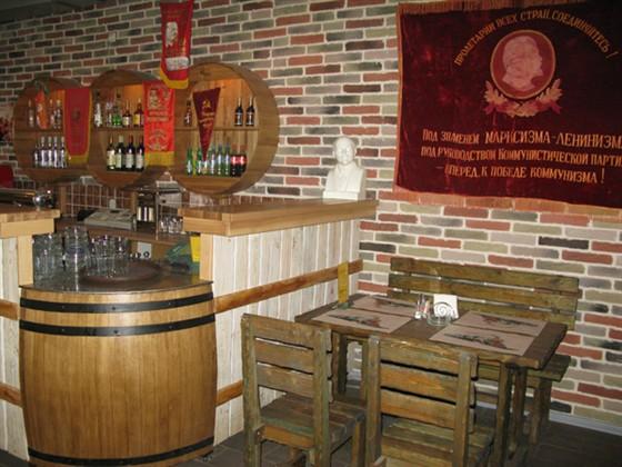 Ресторан СССР - фотография 1 - Здесь виден кусок стены. Вообще стиль выдержан во всём.