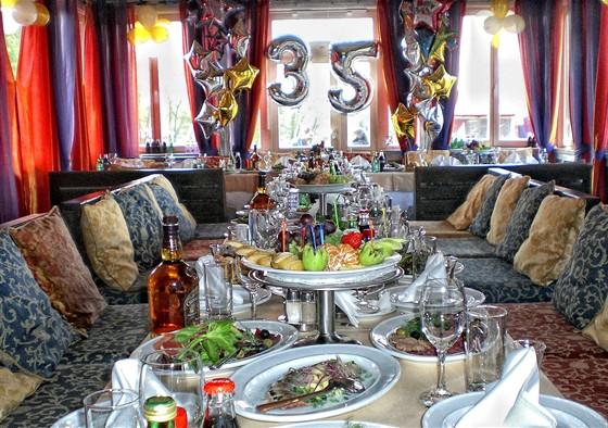 Ресторан Поместье - фотография 17 - Накрытый стол