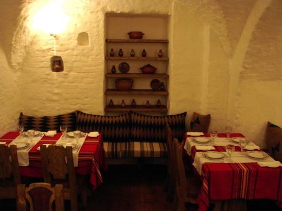 Ресторан Баба Марта - фотография 11 - Второй, нижний зал.  Сводчатый потолок остался от церкви, которая была на этом примерно месте в 30х годах.