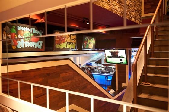 Ресторан Chili's - фотография 17 - В Чилиз на Новом Арбате два этажа, поэтому о нехватке столиков можно не беспокоиться