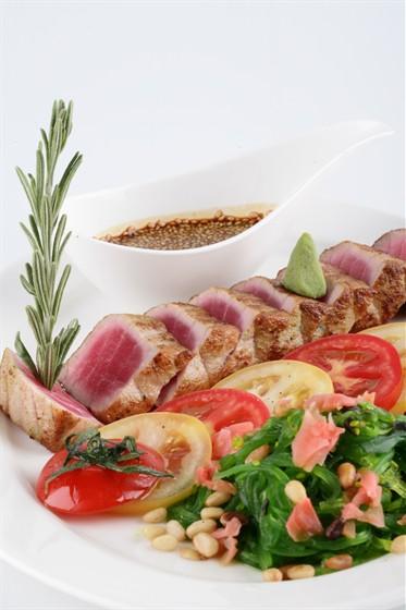 Ресторан Chicago Prime - фотография 5 - Жареный тунец c салатом Чука