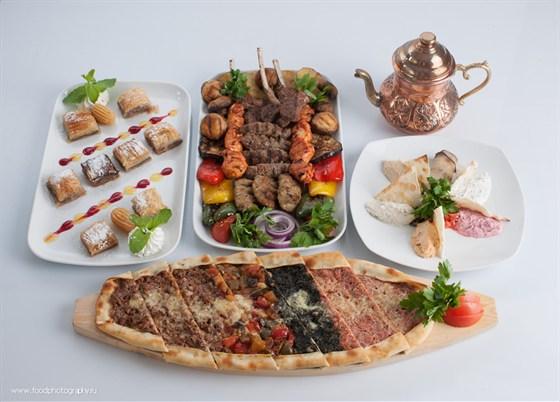 Ресторан Бардак - фотография 16 - Ассорти из пидэ, бахлавы и мясное ассорти