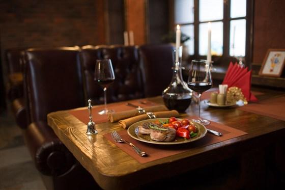 """Ресторан Портос - фотография 7 - Зал """"Бордо"""". Если Вы хотите отдохнуть от будничной суеты, зал «Бордо» - это то, что Вам нужно. Чувство  максимального расслабления подарит нежная классическая музыка, интерьер, сочетающий в себе гамму  разнообразных винных оттенков и мягкие кожаные диваны."""