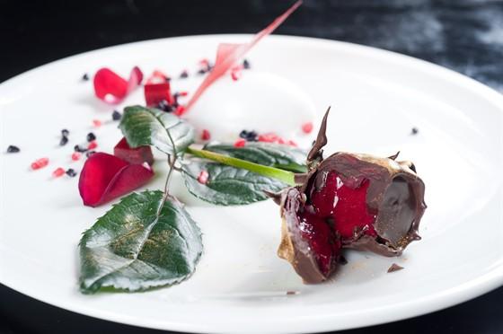 Ресторан Doce Uvas - фотография 23 - Эквадорская роза в горьком шоколаде с малиновым гелем и кокосовым сорбетом
