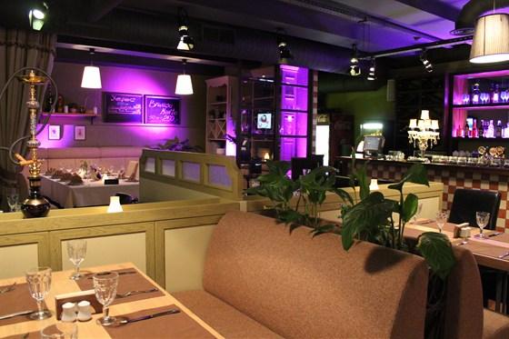 Ресторан Биффиш - фотография 5 - Диваны в центре зала.