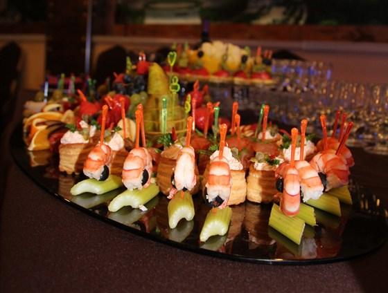 Ресторан Красная мельница - фотография 10 - Фуршетный стол