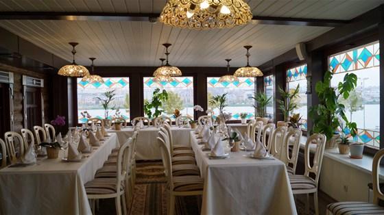 """Ресторан Татарская усадьба - фотография 1 - Зал """"Зимний сад"""" с панорамным выдом на озеро Кабан на 40 персон."""