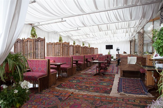 Ресторан Павлин-мавлин - фотография 1 - Летняя веранда