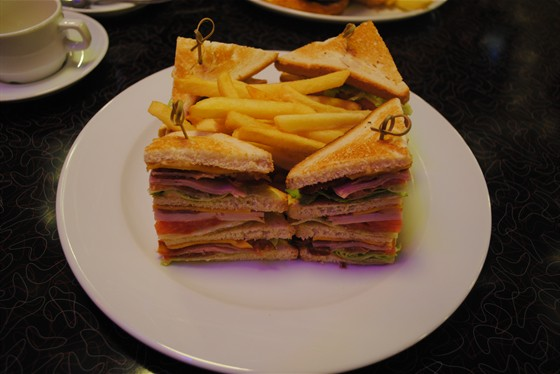 Ресторан Beverly Hills Diner - фотография 8 - Тройной Клаб Сэндвич.