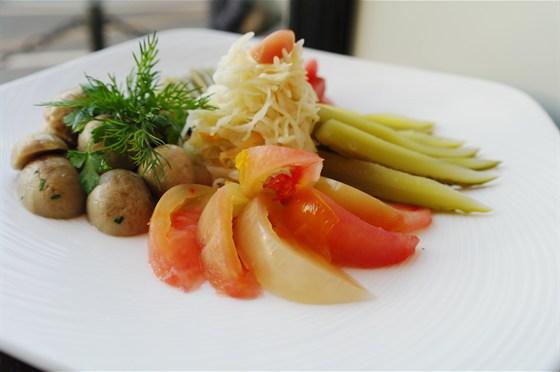 Ресторан Бенуа - фотография 17 - Домашние соленья: хрустящие огурчики, бурые помидоры, квашенная капуста, черемша, маринованный чеснок