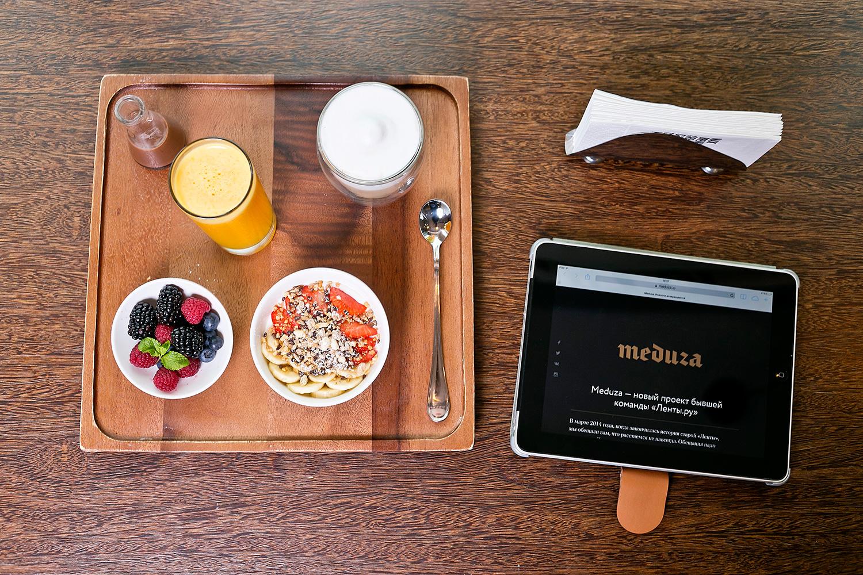 Бизнес-завтрак, 290 р.: какао-гранола, йогурт, свежие фрукты и жидкий шоколад, фреш, шоколадный латте