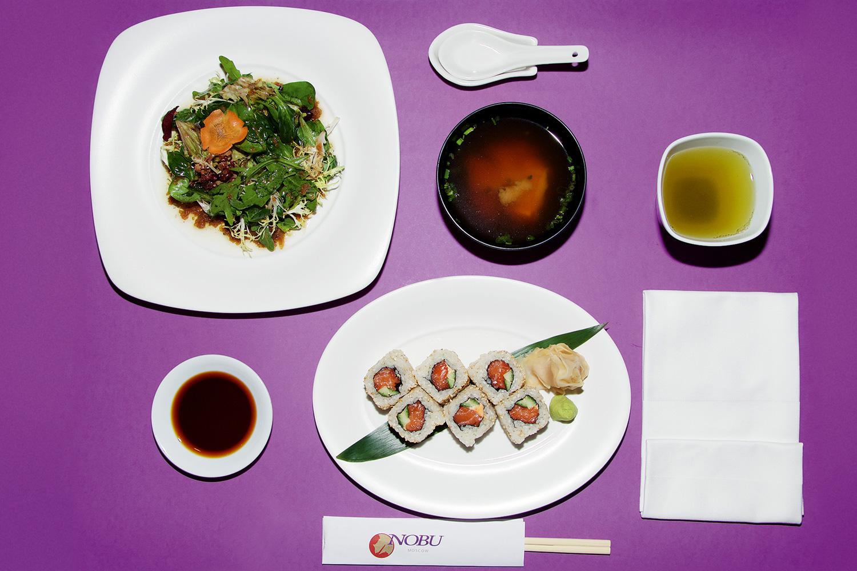 Зеленый салат с соусом «Мацухиса», ролл с пряным лососем и огурцом, суп мисо, зеленый чай, 500 р.