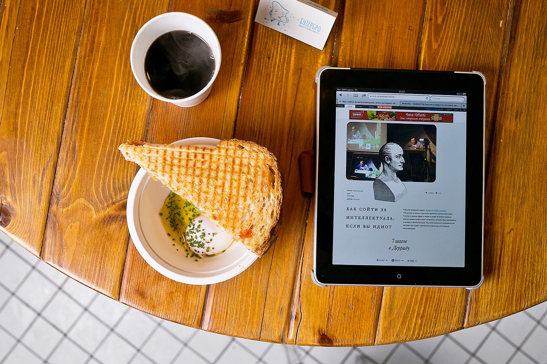 Идеальное яйцо пашот с соусом beurre monté и бутером «Нищебро» (сыр, пассата, кинза, картофельный хлеб Hovis), кофе, 170 р.