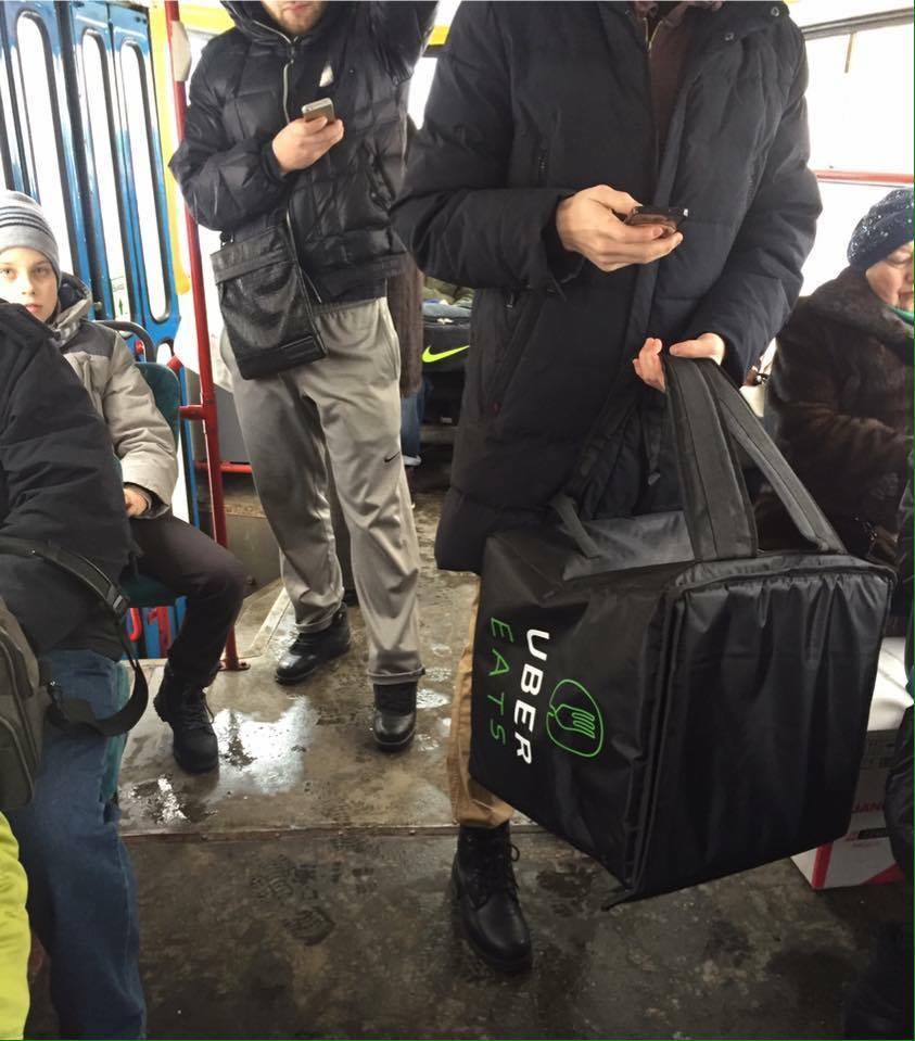 Курьер UberEats вмосковском трамвае