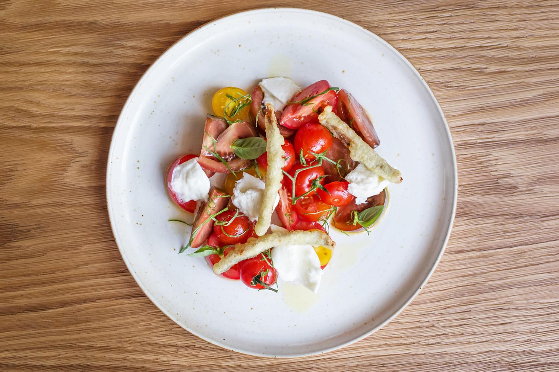 Анчоусы, кумато и меренга с перцем на тарелках ресторана Food Embassy