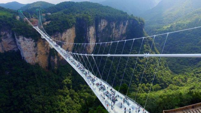 ВКитайской республике построили стеклянный мост длиной 430 метров
