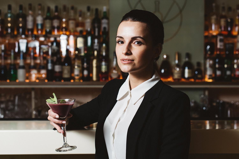 Юлия и коктейль Vogue — черносмородиновая водка, пюре ежевики, йогуртовый ликер, сахар, 400 р.