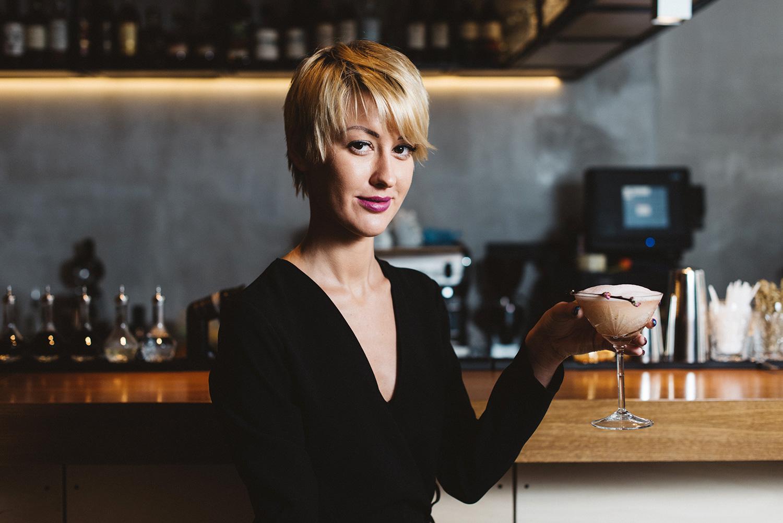 Лиза и коктейль «Умэ» — замороженное просекко, водка, настоянная на соленых цветках сакуры, ванильный сироп, эмульсия из гранатового сиропа, 500 р.