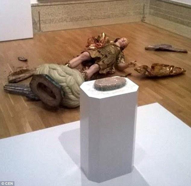 ВЛиссабоне турист разбил статую XVIII века при попытке сделать селфи