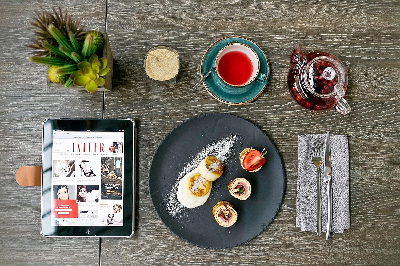 Сет №2 — омлет с телячьей ветчиной, помидорами и базиликом, ванильные сырники со сметаной, фруктовый чай, 450 р.