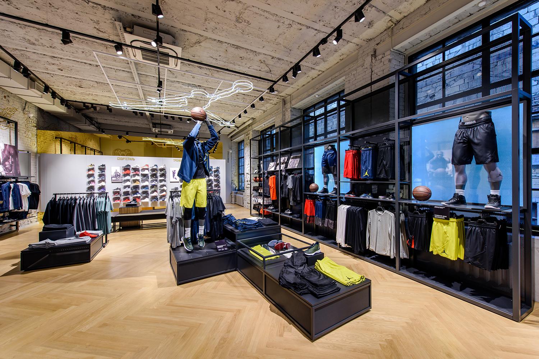 6ef2e309 Да, тут есть футбольная зона Nike+ Football со специальным покрытием для  тестирования шипованной обуви и беговая зона Nike+ Running с беговой  дорожкой, но в ...