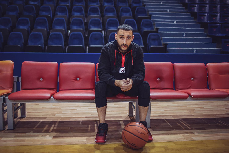 d1502954 L'One — пожалуй, главный популяризатор баскетбола среди российских  рэп-артистов. Регулярно играет в стритбол, проводит Дни баскетбола в рамках  своих ...