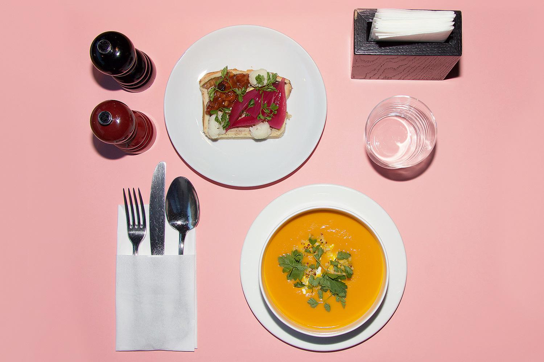 Деревенский террин и маринованные овощи, суп из моркови и апельсина с сыром фета и киноа, вода, 450 р.