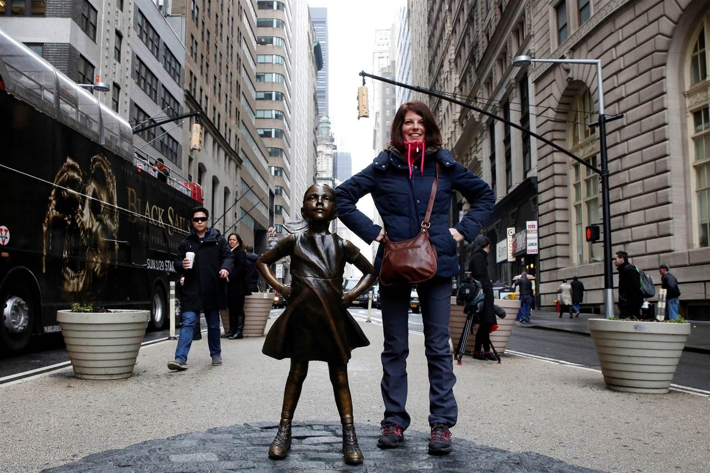 ВНью-Йорке убронзового быка наУолл-стрит возникла смелая соперница