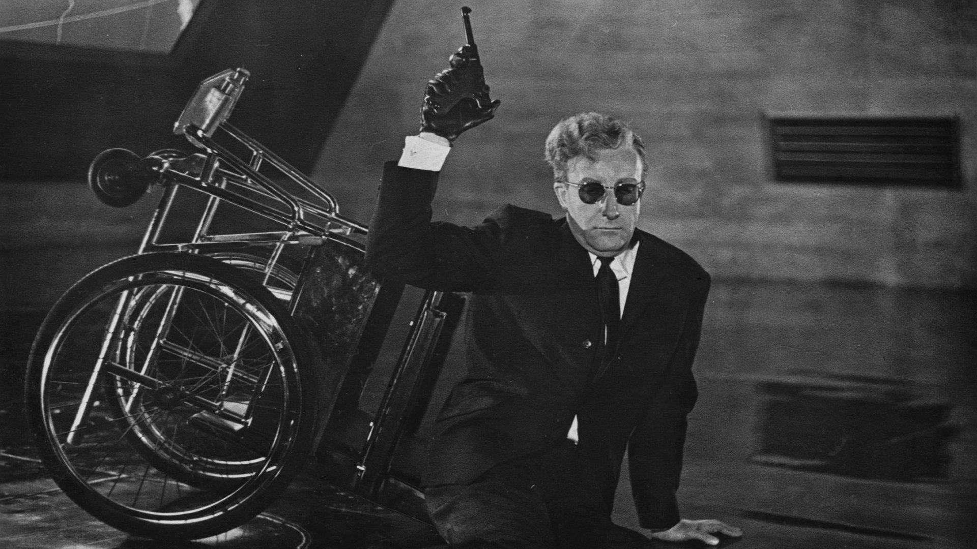 Доктор Стрейнджлав, или Как я научился не волноваться и полюбил атомную бомбу смотреть фото