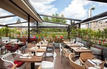 Ресторан ZOO Beer&Grill открыл сразу два летних пространства: веранду на первом этаже и крышу с панорамным видом на Московский зоопарк, Белый дом, Москва-Сити и районные высотки.