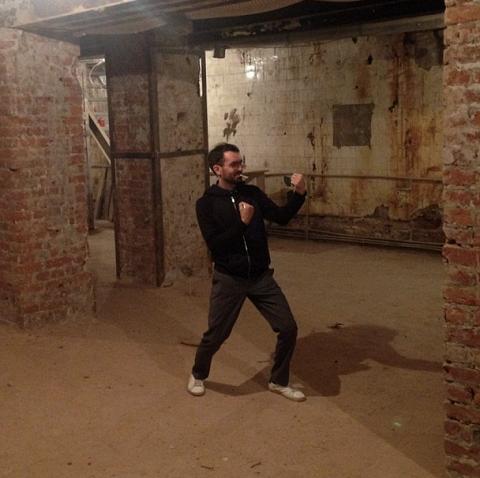 Один из совладельцев проекта Евгений Мурушкин демонстрирует совмещение концепции здорового и нездорового образа жизни в месте, где будет располагаться боксерский ринг будущего клуба