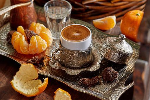 Четыре новых варианта кофе на песке! Ароматный, густой, насыщенный кофе в джезве – это всегда немного магии, ведь важнейшую роль тут играет человеческий фактор: умение, ручная работа, настроение и энергетика того, кто кофе варит.