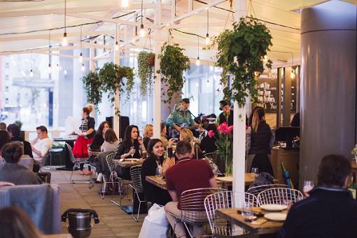 Мясной ресторан «Южане» открыл веранду на проспекте Академика Сахарова. Все лето здесь будут подавать блюда из сезонных продуктов, а по четвергам и субботам — устраивать pre-party.