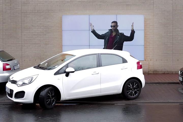 Реклама, помогающая парковаться
