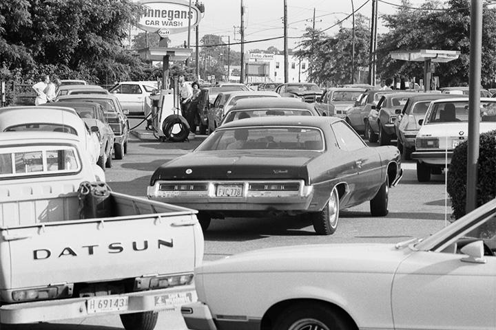 Очередь на американскую бензоколонку в 1973 году