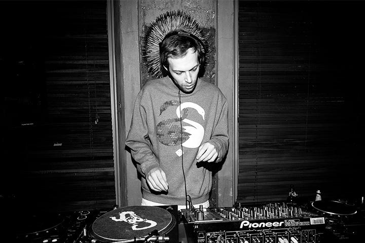 Музыкант OL, один из самых интересных деятелей новой российской электроники, играет на вечеринке «Selector»