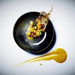 Ресторан Chicha - фотография 6 - Каузас: Лосось с перепелиным яйцом, муссом из авокадо и соусом рокото
