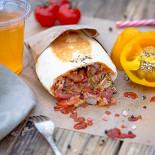 Ресторан Peat Me - фотография 3 - Пита с телятиной и соусом лечо