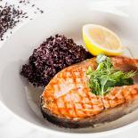 Ресторан Pesto Café - фотография 3 - Стейки лосося с соусом из белого вина, гарнированный черным кокосовым рисом.