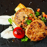 Ресторан Бифштекс - фотография 5 - Бифштекс из утки с печеным цукини и тар-таром из маслин