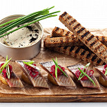 Ресторан Мумий Тролль Music Bar - фотография 5 - Сельдь на картошке с дымком и маринованным луком