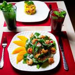 Ресторан Рецептор - фотография 3 - Салат со шпинатом, манго с креветками.  Лимонад Тархун Черносмородиновый морс