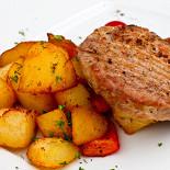 Ресторан Italia - фотография 2 - Натуральная свиная котлета с запеченым картофелем