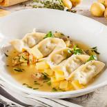 Ресторан Pesto Café - фотография 5 - Равиоли с креветками, картофелем и сыром моцарелла в соусе из