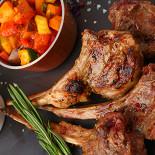 Ресторан Апрель Café - фотография 4 - Баранина на косточке с инжирным соусом и запеченным баклажаном