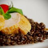 Ресторан Emporio café - фотография 2 - Куриное филе с чечевицей, приготовленное по технологии Sous Vide.