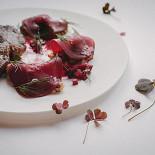Ресторан Брют - фотография 4 - Стейк из говядины с гречотто, слайсами из свеклы и соусом из копченой сметаны