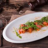 Ресторан Tomle - фотография 6 - Рулетики из копчёной форели с соусом гуакомоле под карамельной корочкой