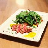 """Ресторан Vinostudia - фотография 1 - Тунец """"Торо"""" с миксом зеленых салатов, фенхелем и манговым желе"""