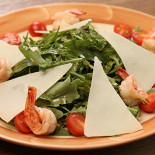 Ресторан Paprikolli - фотография 4 - Руккола с креветками и авокадо